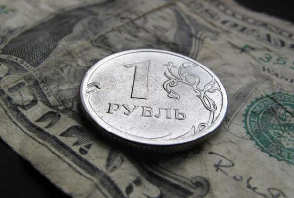 Зависимость национальной валюты РФ от стоимости нефти достигла 90%
