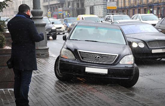 На месте снесенных торговых объектов в Москве начали появляться стихийные парковки