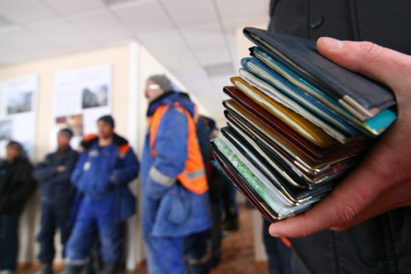 Россияне продолжают теснить мигрантов из доходных профессий