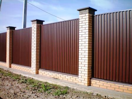 Забор из профнастила: надежная и долговечная конструкция