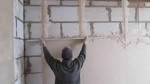 Выравнивание поверхностей: какую штукатурку стоит использовать при проведении ремонтных работ?