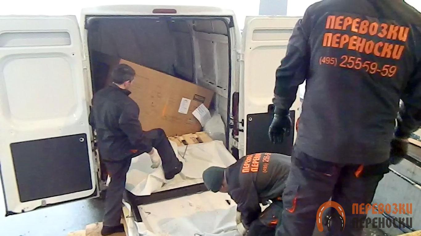 Работа грузчиков по разгрузке грузового цельнометаллического фургона