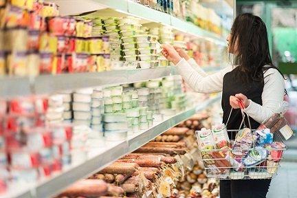 Россияне начали заменять йогурты дешевой ряженкой