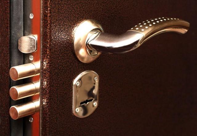 Как заменить замок входной двери с наименьшими затратами?
