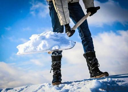 Оперативная очистка крыш от снега и льда в Москве промышленными альпинистами