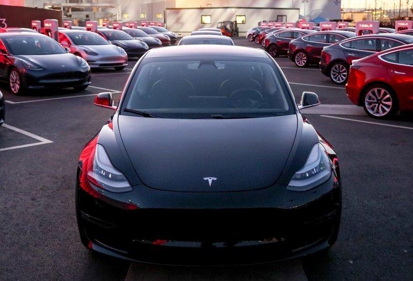 «Связному» поступило более 200 заявок на машины «Tesla»