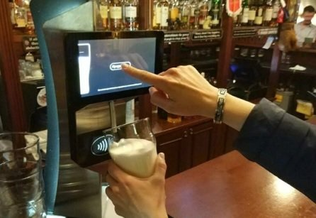 В Москве появился пивной кран от Сбербанка с бесконтактной оплатой