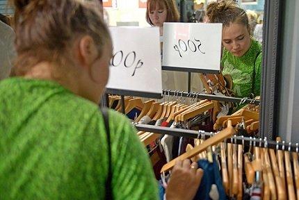 Граждане РФ начали экономить на покупке одежды