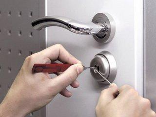 Как вскрыть замок двери ванной?