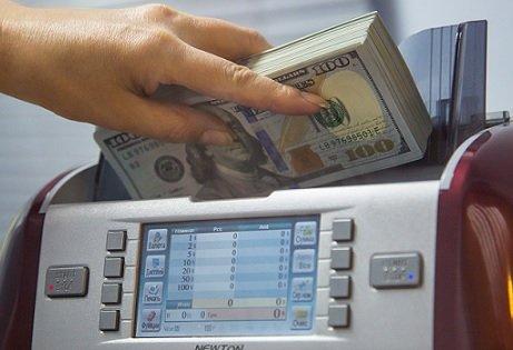 Клиенты трех государственных банков вывели 7,4 млрд USD с валютных счетов