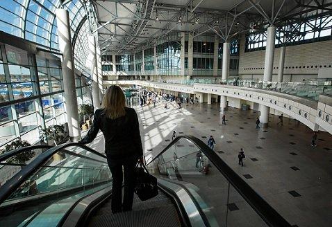 Аэропорты позволят пассажирам проходить в самолеты по смартфонам