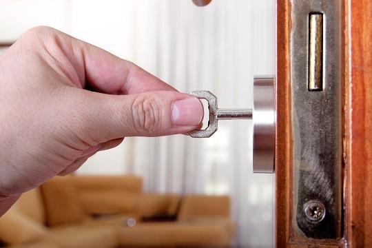 Что делать при заклинивании замка входной двери?