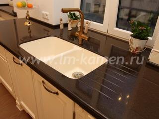 Кухонные столешницы из искусственного камня: преимущества и особенности