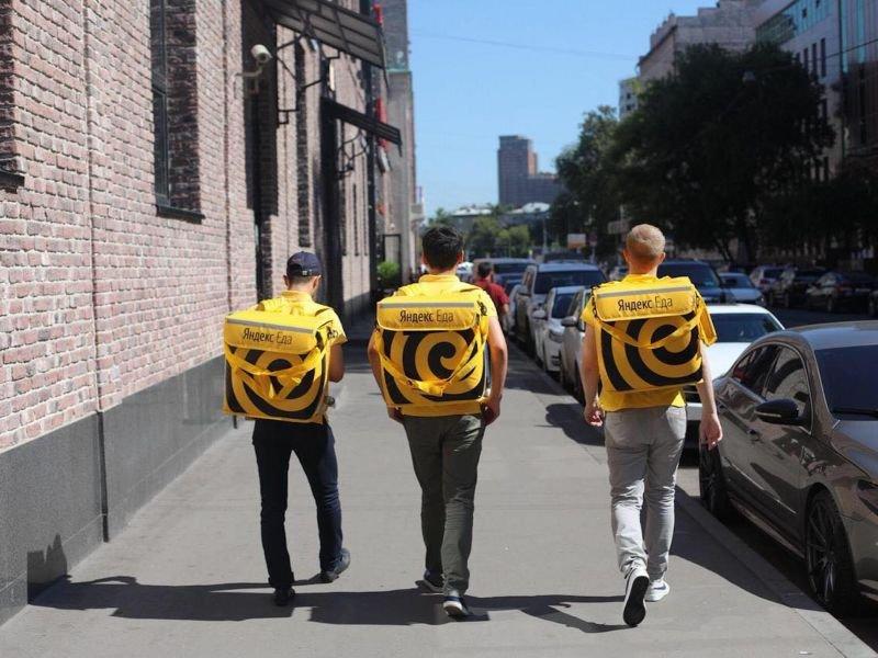 «Яндекс.Еде» выписали штраф за незаконный найм курьеров