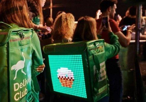 Московские курьеры Delivery Club получили рюкзаки с экранами