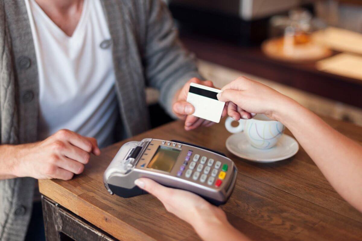 Банки помогут официантам с безналичными чаевыми