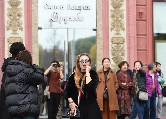 Магазины, работавшие с китайскими туристами, уезжают с Фрунзенской набережной