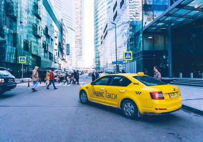 «Яндекс.Такси» экспериментирует с установкой рекламных экранов на машины