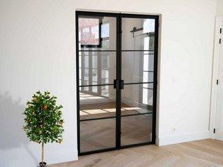 Преимущества стеклянных дверей и где их заказать?