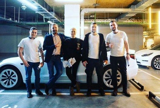 Лучшие сотрудники «Тинькофф банка» получили от Тинькова дорогостоящие подарки к НГ
