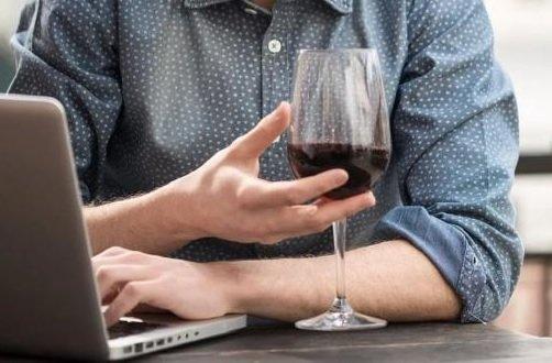 АКИТ попросила Собянина позволить ритейлерам торговать спиртным в интернете на праздники