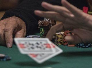 Почему профессиональные игроки в покер часто фолдят